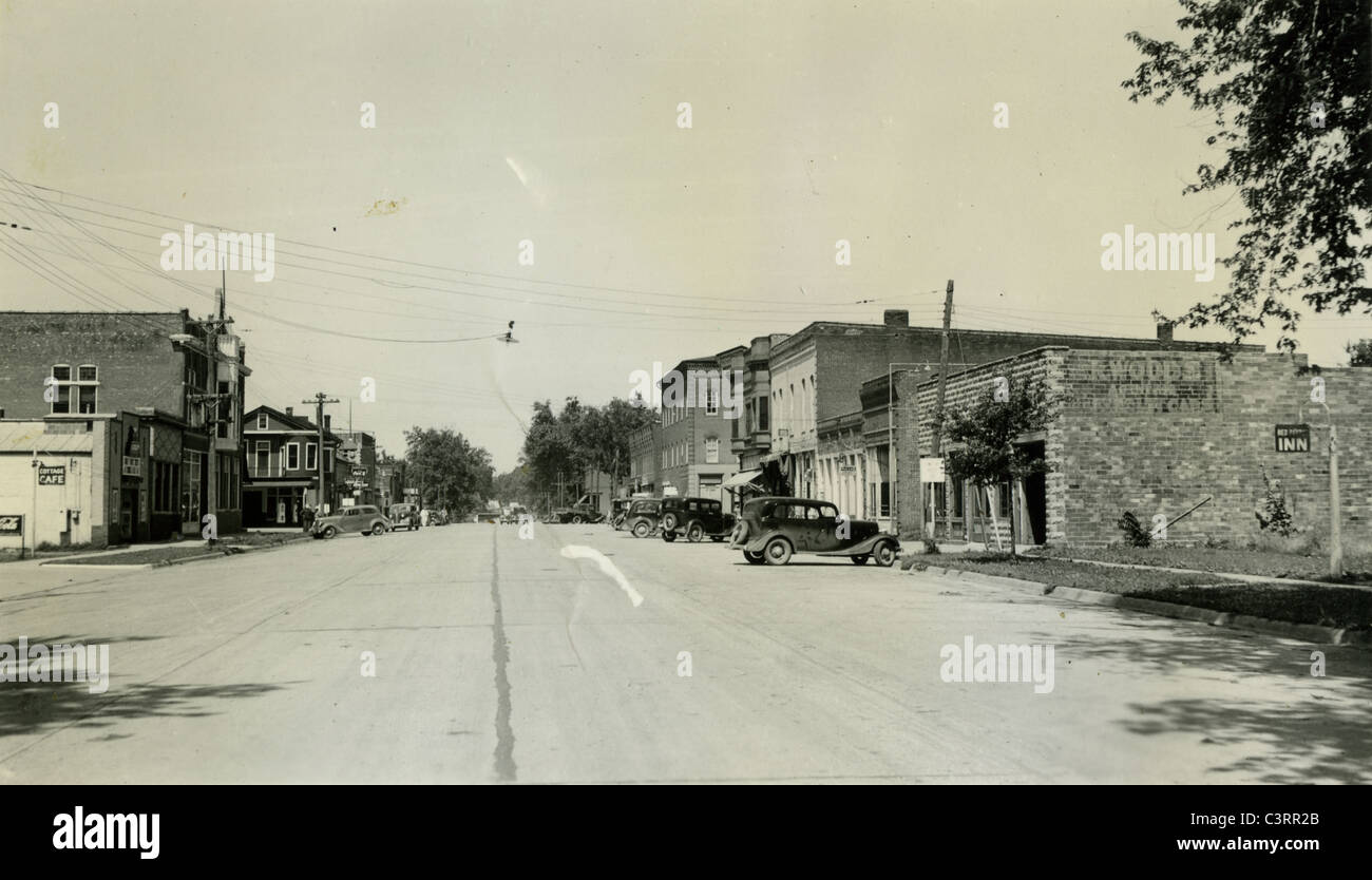 A view looking down Main Street in Augusta, Illinois during the 1930s. cars small town America - Stock Image