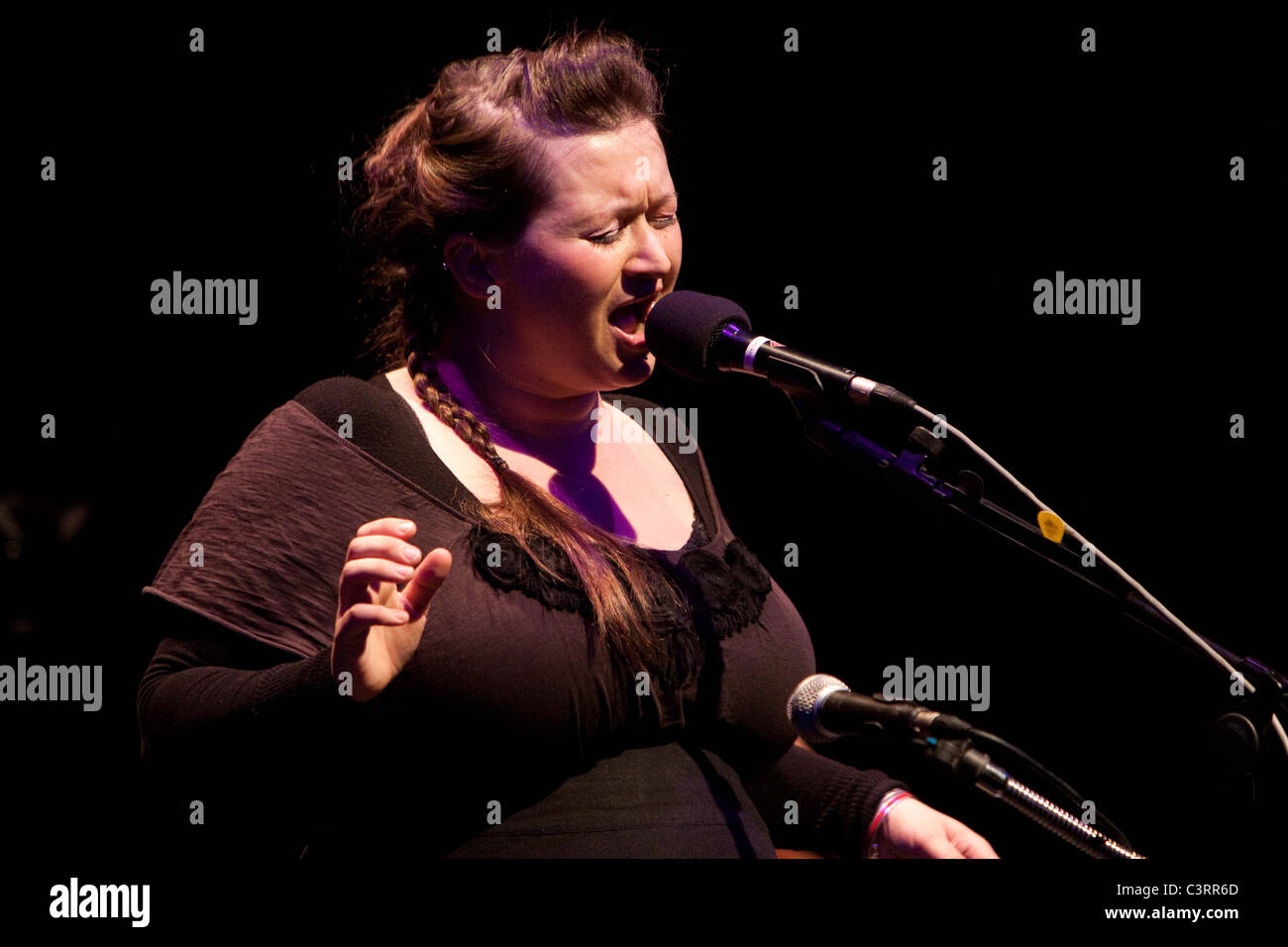 Eliza Carthy performing at South Hill Park, Bracknell - Stock Image