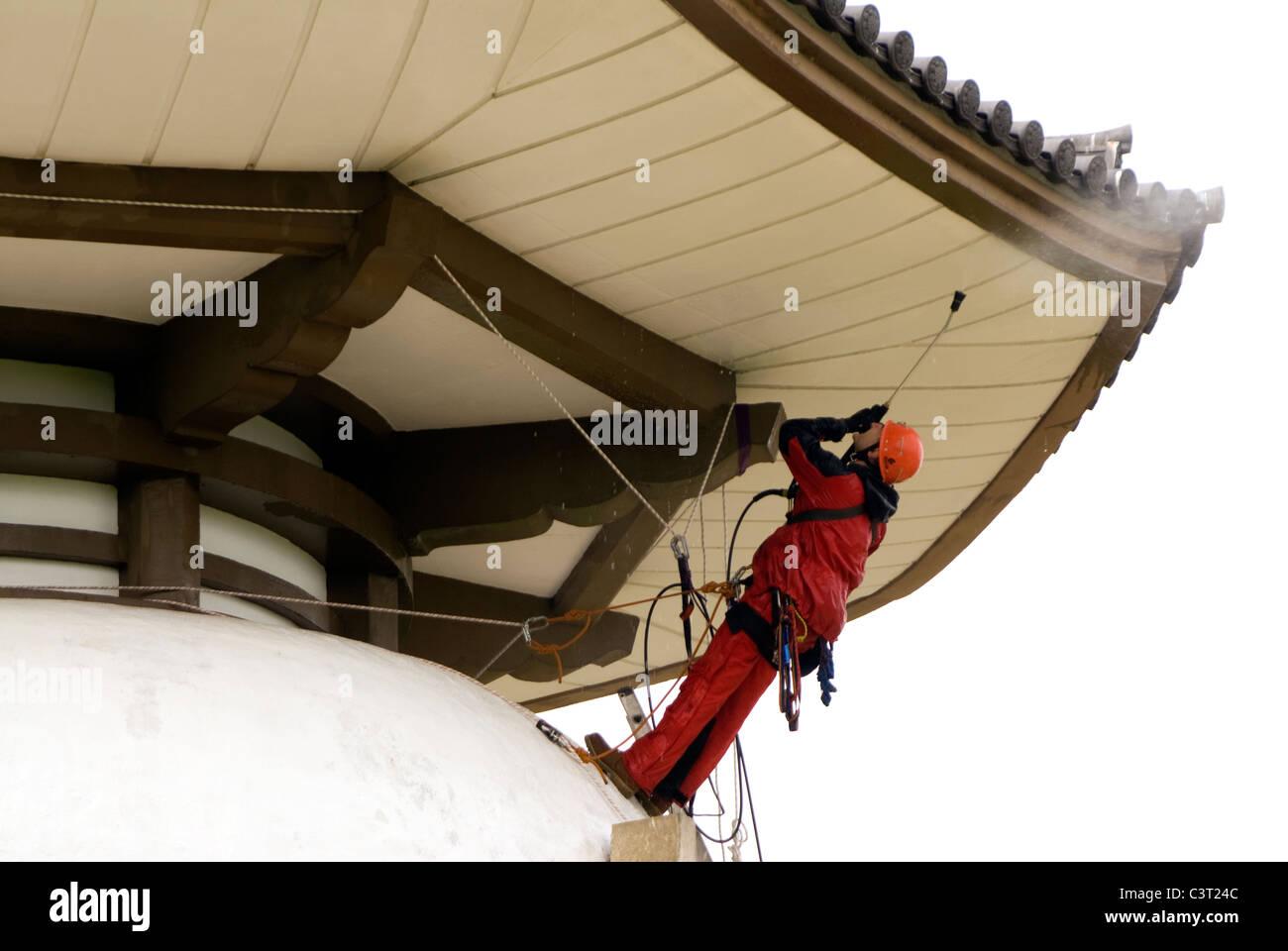 Doug Blane Extreme Cleaning Milton Keynes Peace Pagoda using IRATA Rope Access Techniques - Stock Image