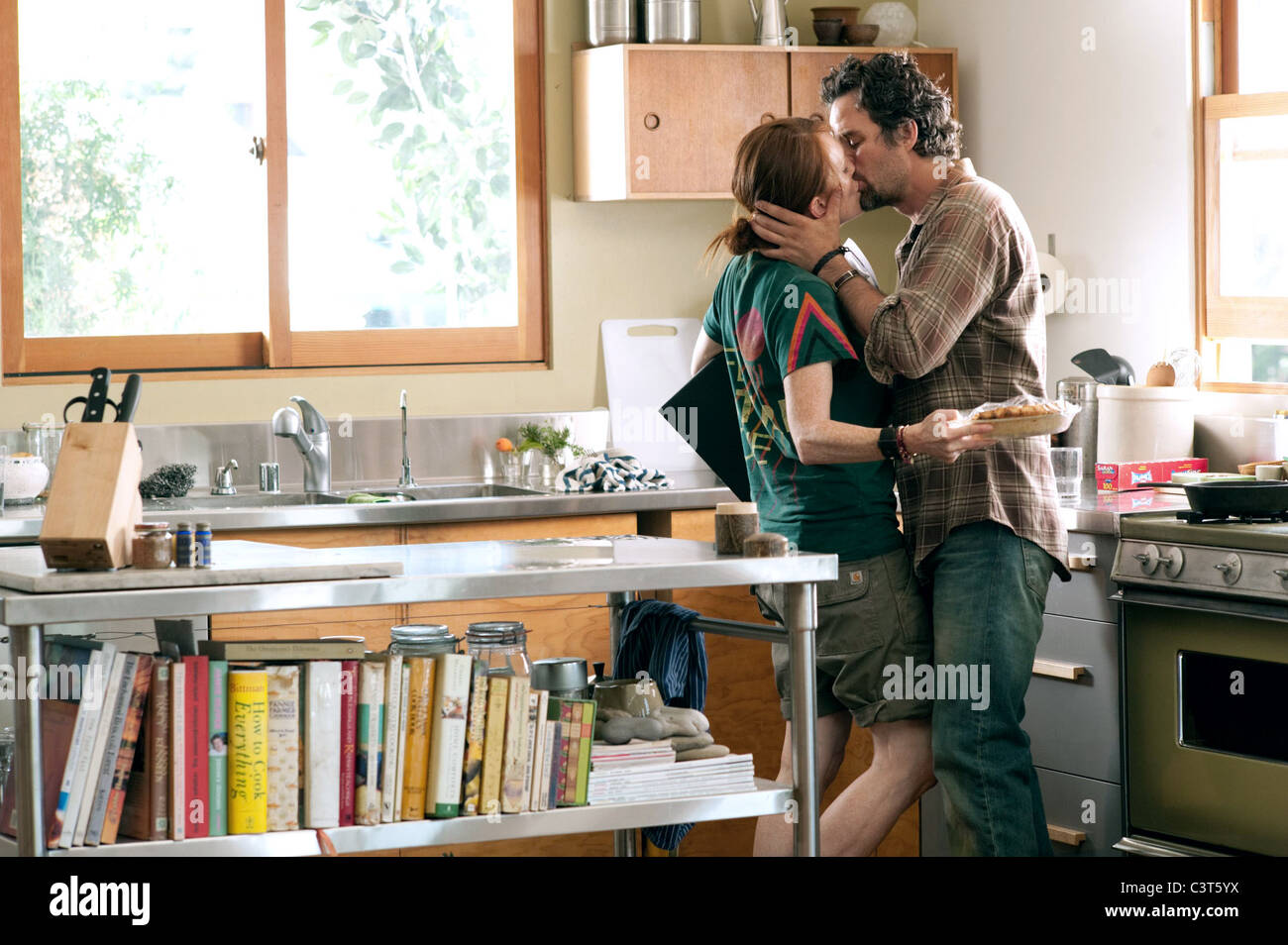 d0f3b22b98f JULIANNE MOORE   MARK RUFFALO THE KIDS ARE ALL RIGHT (2010 Stock ...