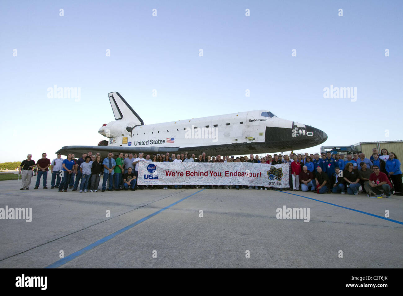We're Behind You, Endeavour Employees gather to hold up a banner to commemorate space shuttle Endeavour's - Stock Image
