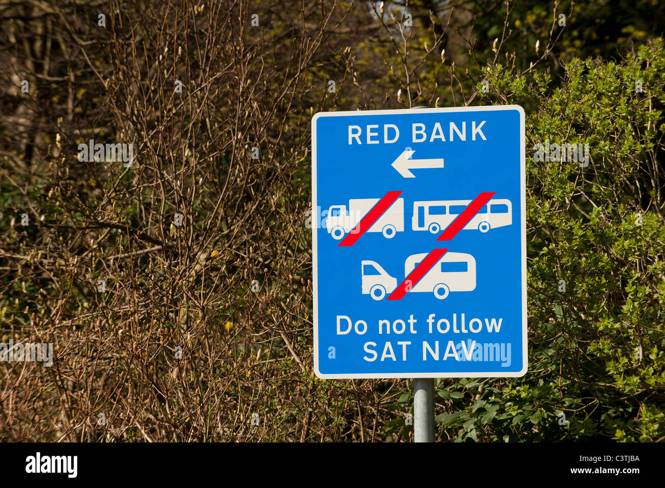 Sign on narrow road warning drivers not to follow satallite Navigation system - Stock Image