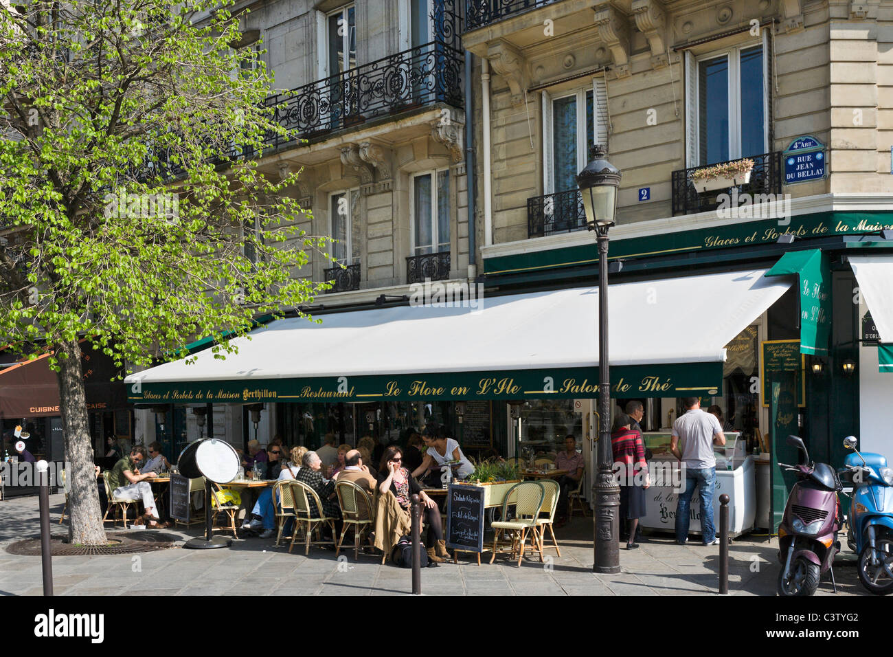 Sidewalk cafe on the corner of Rue Jean du Bellay and Quai d'Orleans, Ile Saint-Louis, Paris, France Stock Photo