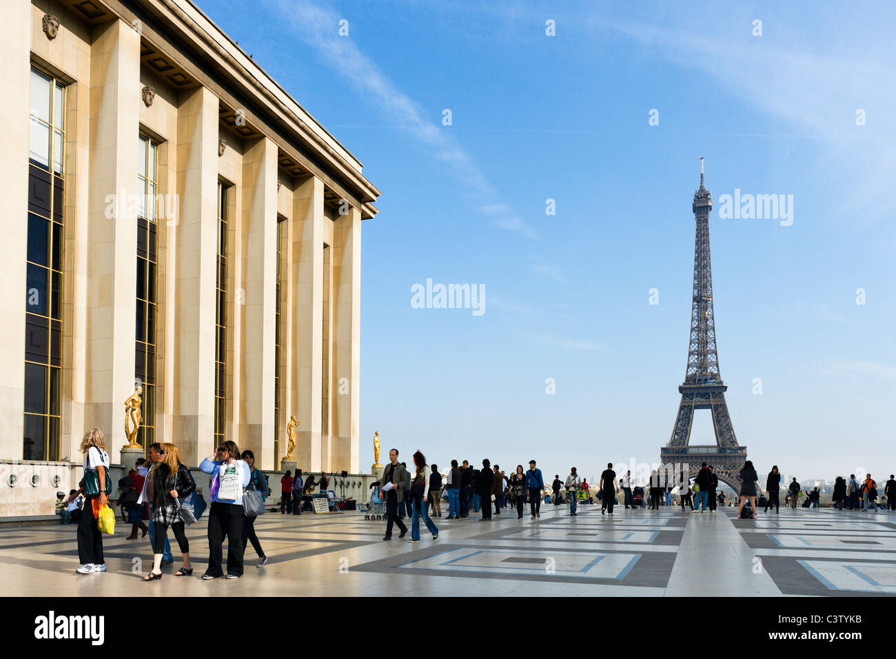 The Palais de Chaillot and the Eiffel Tower viewed from the Trocadero in the late afternoon, Paris, France - Stock Image