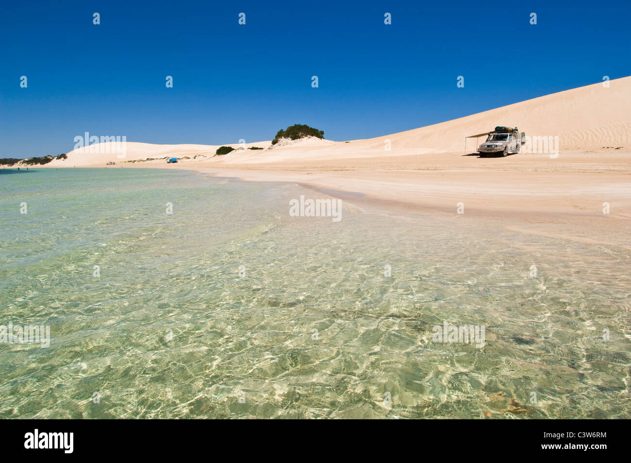 4WD vehicle on Seven Mile Beach, Coffin Bay National Park, Eyre Peninsula, South Australia. - Stock Image