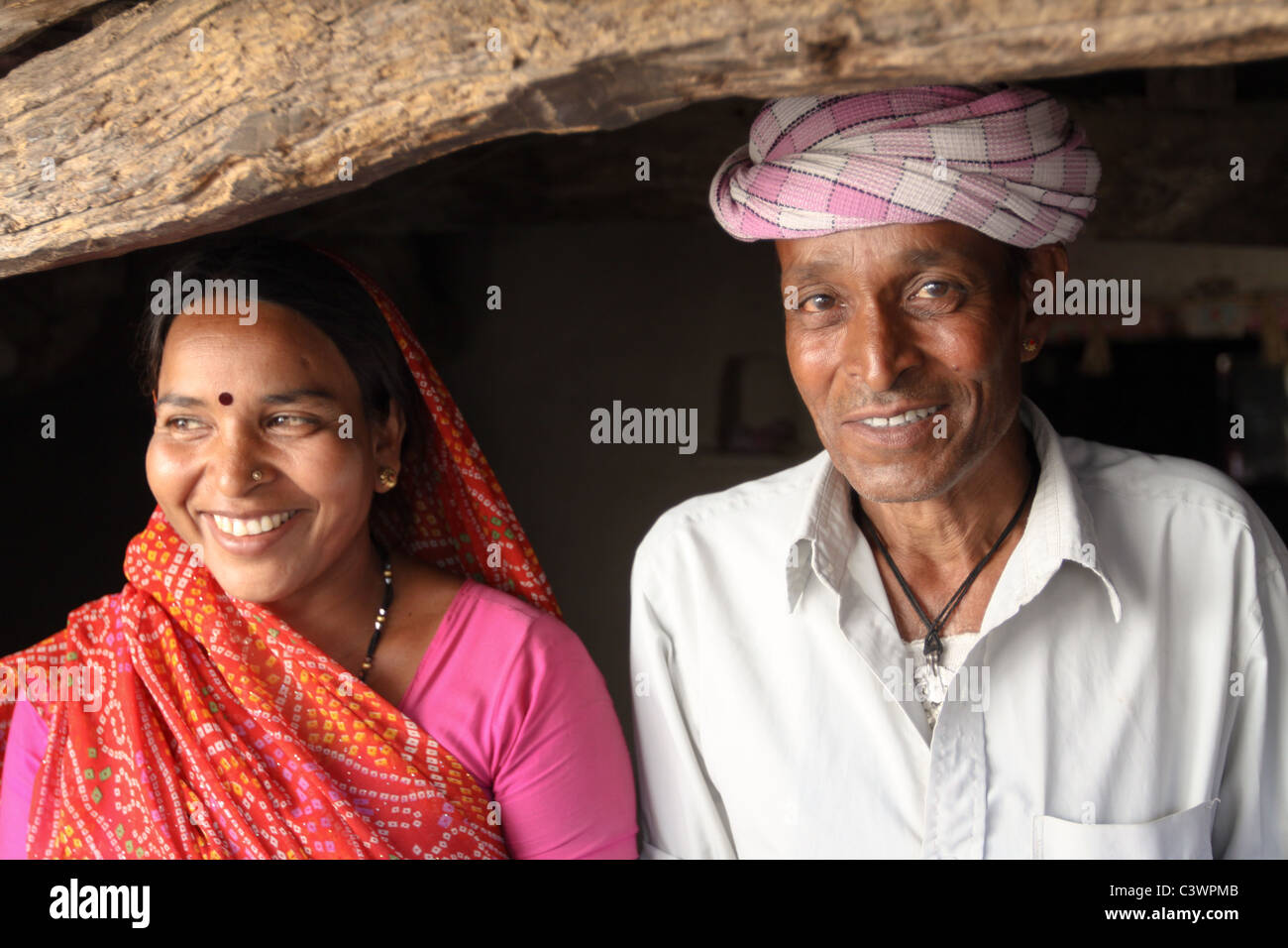 A tribal couple dressed in traditional clothes in Udaipur, Rajasthan, India - Stock Image