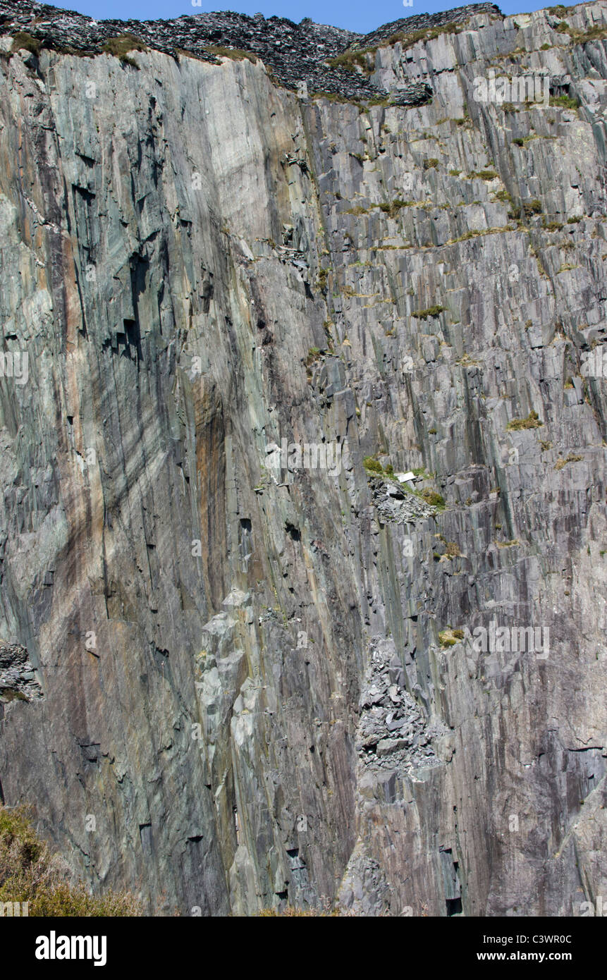 The West Wall aka Quarryman Wall in Twll Mawr (Matilda), Dinorwig slate mine, Snowdonia, North Wales, UK - Stock Image