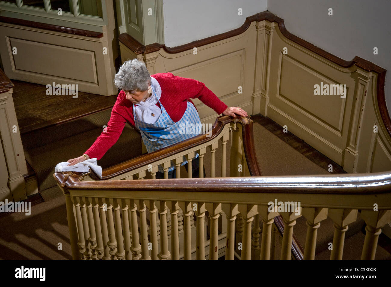 Votre topic pastiché du jour - Page 15 Old-woman-cleaning-handrail-on-stairs-philadelphia-usa-C3XDXB
