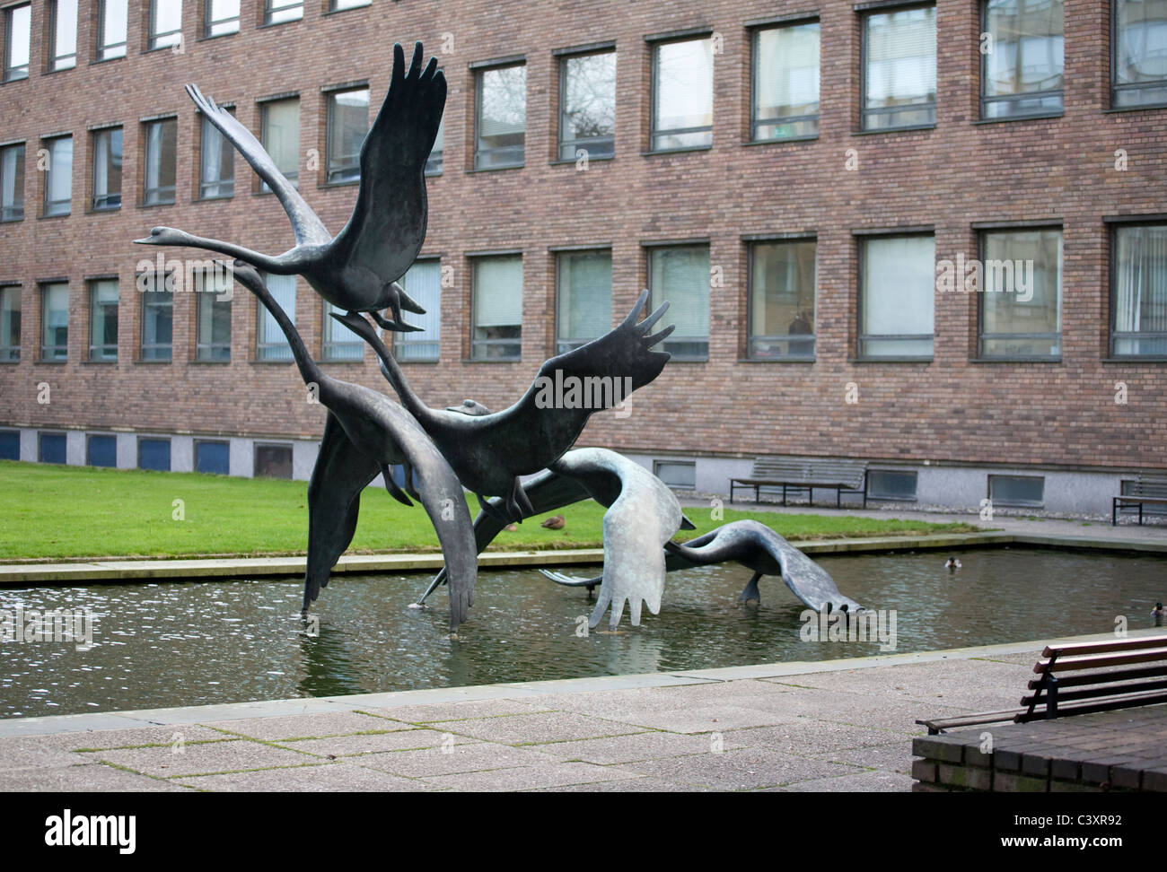 'Swans in Flight' by David Wynne (1968) in the grounds of Newcastle Civic Centre - Stock Image