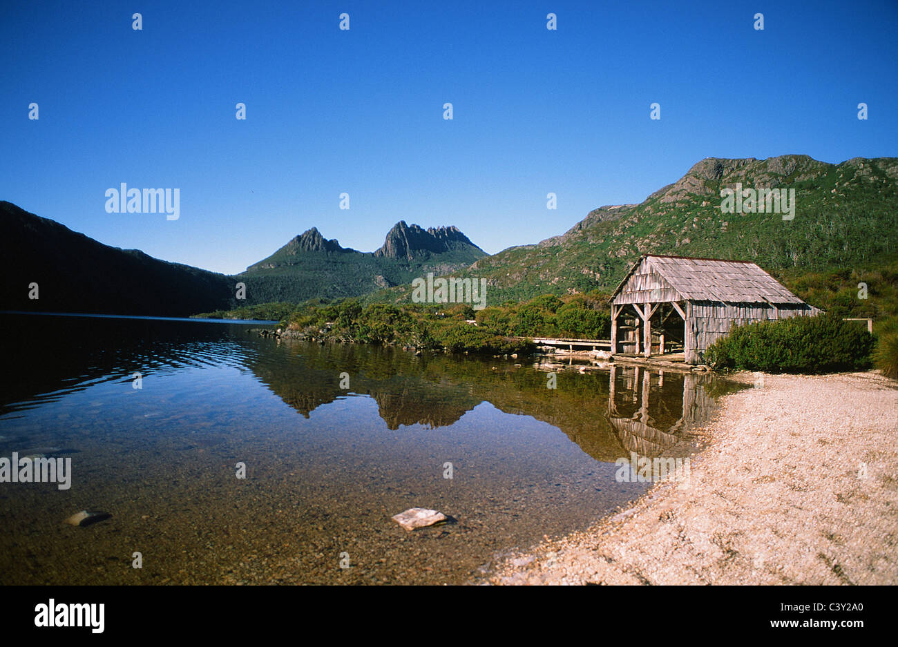 Cradle Mountain and boat shed at Lake Dove in the Cradle Mountain National Park of Tasmania, Australia - Stock Image
