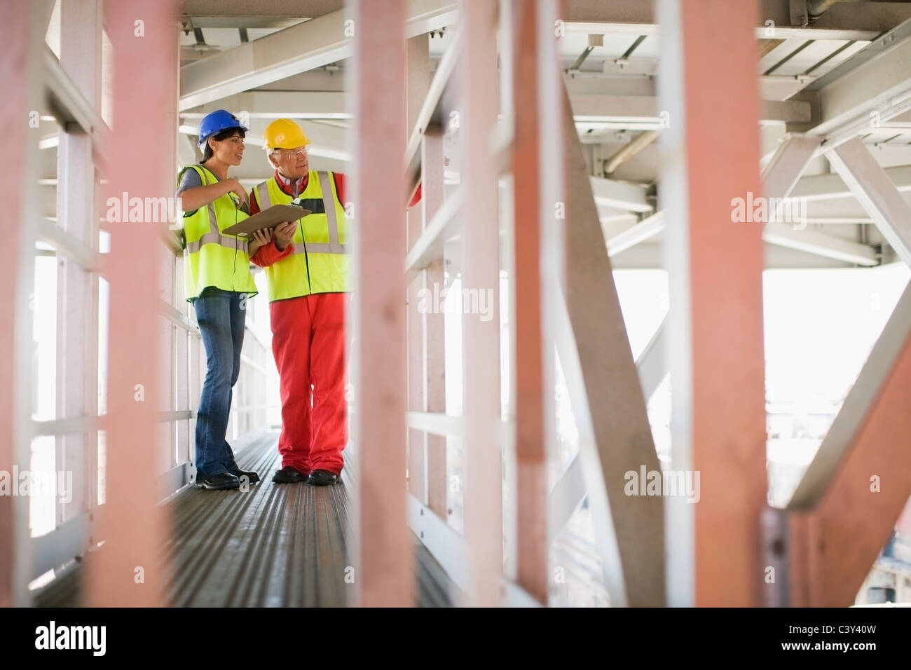 Architect and builder duscussing plans - Stock Image