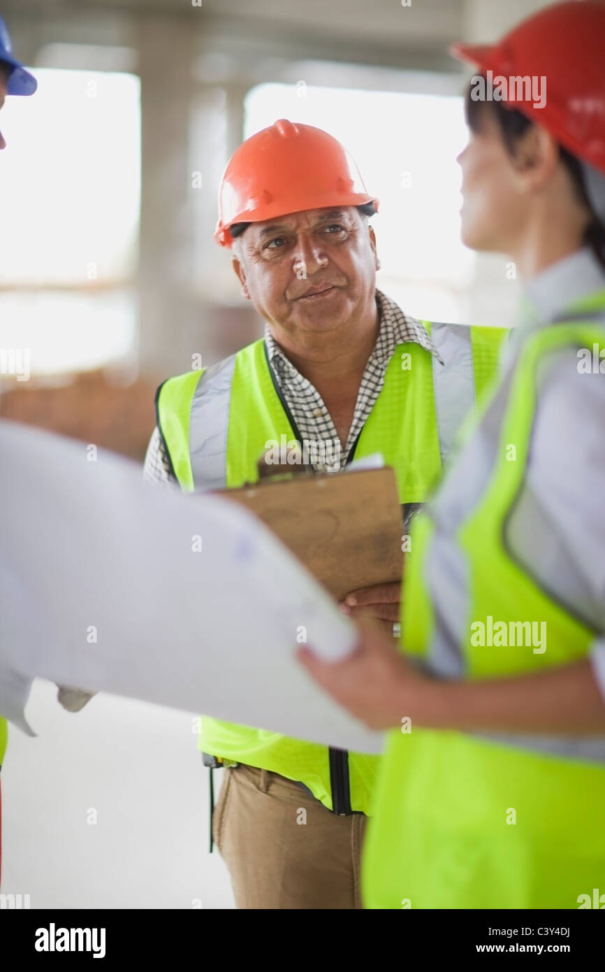 Builder talking to architect - Stock Image