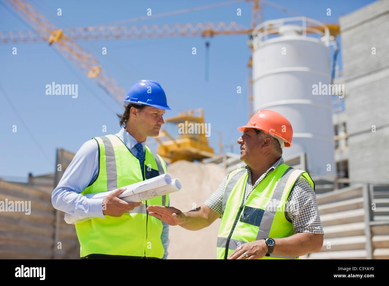 Architect talking to a building worker - Stock Image