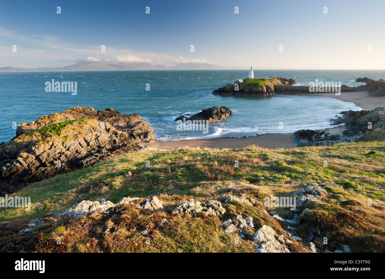 Early evening view of Pilots Cove and the beacon lighthouse Tŵr Bach on Llanddwyn Island, Newborough, Anglesey, - Stock Image