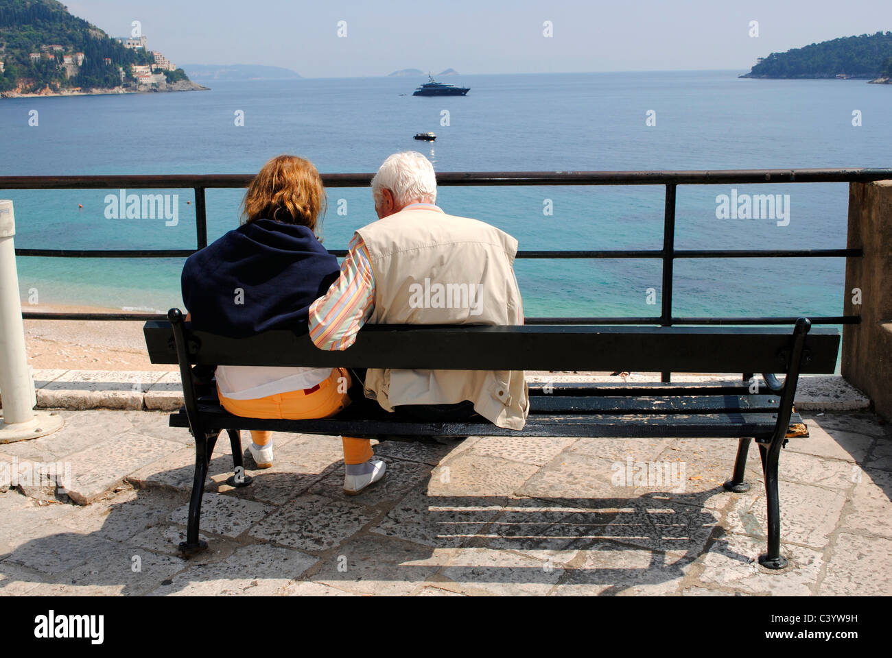 Old couple sitting on a bench. Dubrovnik, Croacia - Stock Image