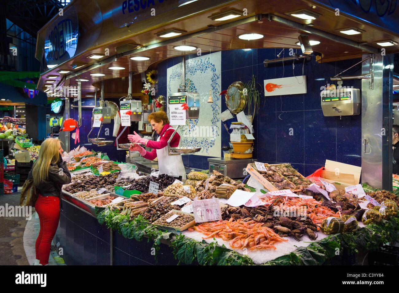 Seafood stall in La Boqueria public market, La Rambla (Las Ramblas), Barcelona, Catalunya, Spain - Stock Image