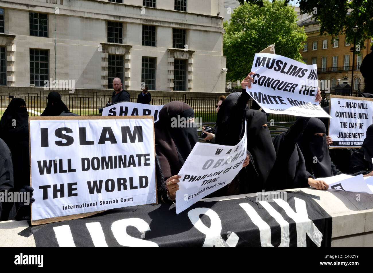 Moslem's against Crusades protest outside Downing St - Stock Image