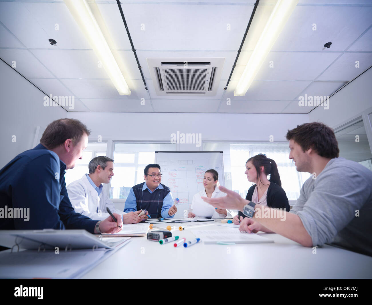 Scientists discuss product prototypes - Stock Image