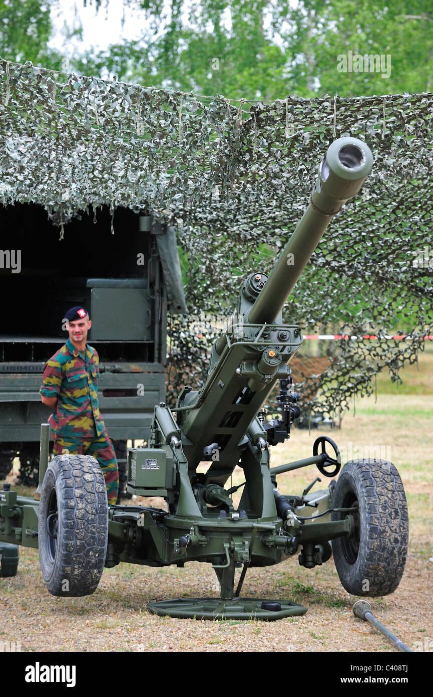 LG1 MKII 105mm Howitzer gun of the Belgian Army hidden under camouflage netting, Belgium - Stock Image