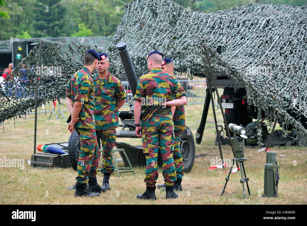 Soldiers and Thomson CSF / Daimler-Benz Aerospace 120mm RT Mortar of the Belgian army at Leopoldsburg, Belgium - Stock Image