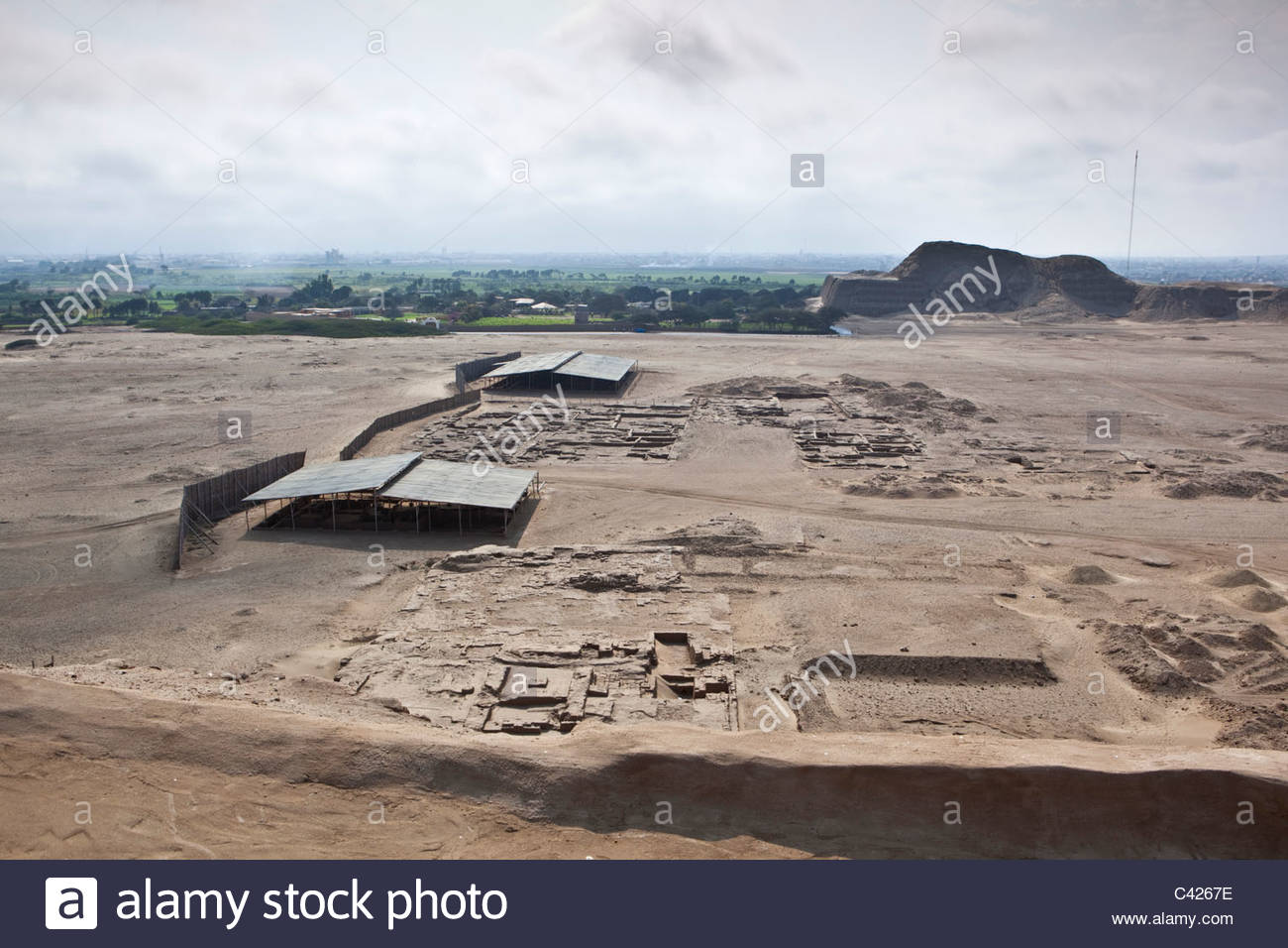 Huaca del Sol. Foreground the urban area. - Stock Image