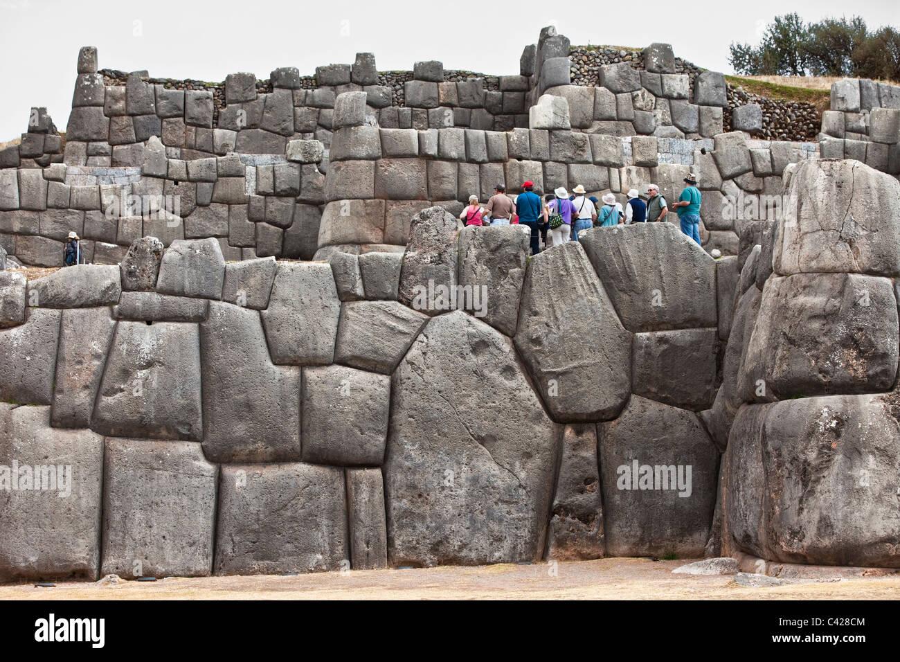 Peru, Cusco, Cuzco, Saqsayhuaman, Sacsayhuaman, Sacsaywaman. Inca Ruins. Group of tourists. UNESCO World Heritage - Stock Image
