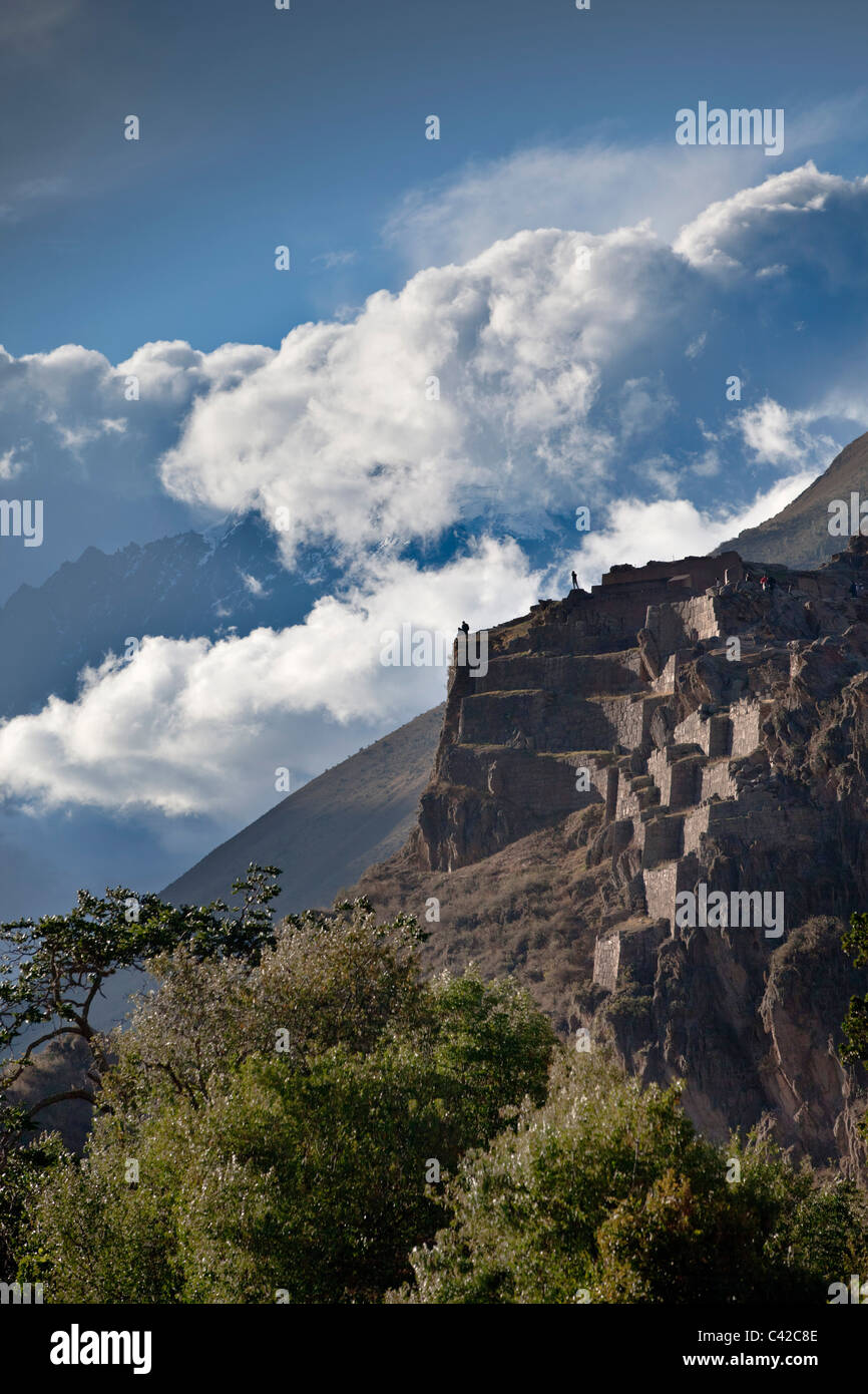 Peru, Ollantaytambo, Inca ruins, background: snowcovered Andes Mountains. - Stock Image