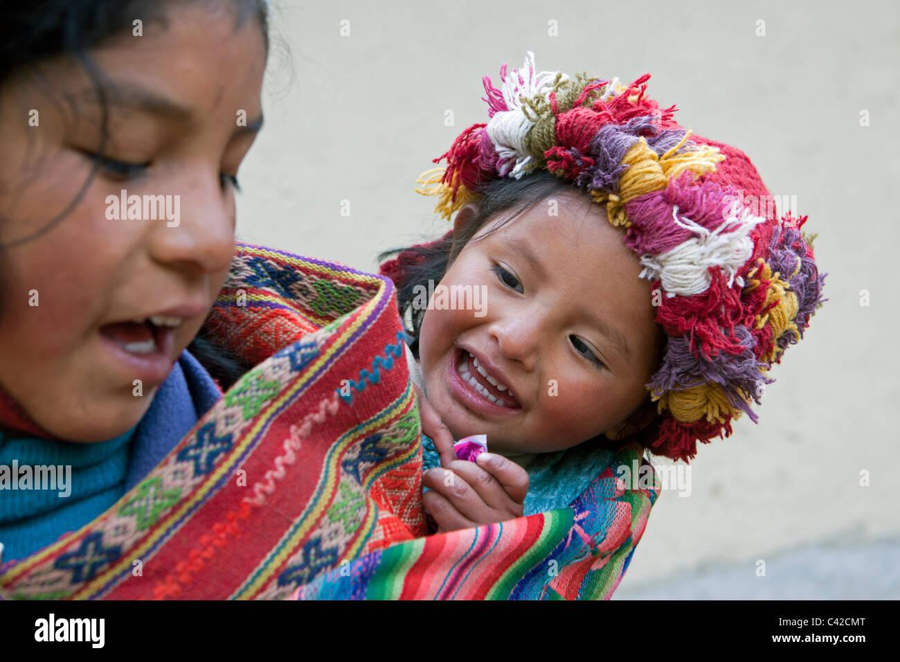 Peru, Patakancha, Patacancha, village near Ollantaytambo. Indian Baby and girl in traditional dress. - Stock Image