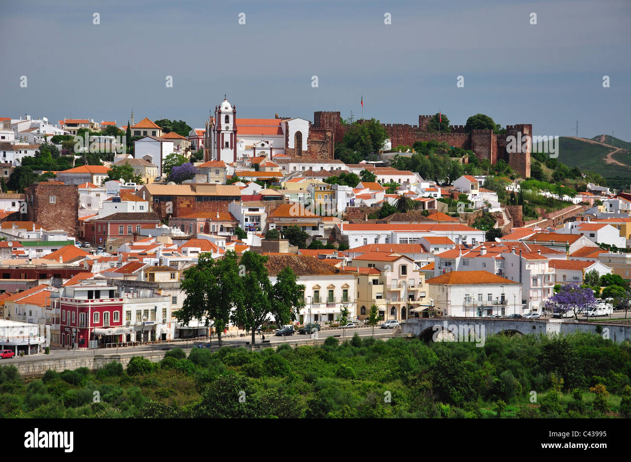 View of hillside town and castle, Silves, Silves Municipality, Faro District, Algarve Region, Portugal - Stock Image