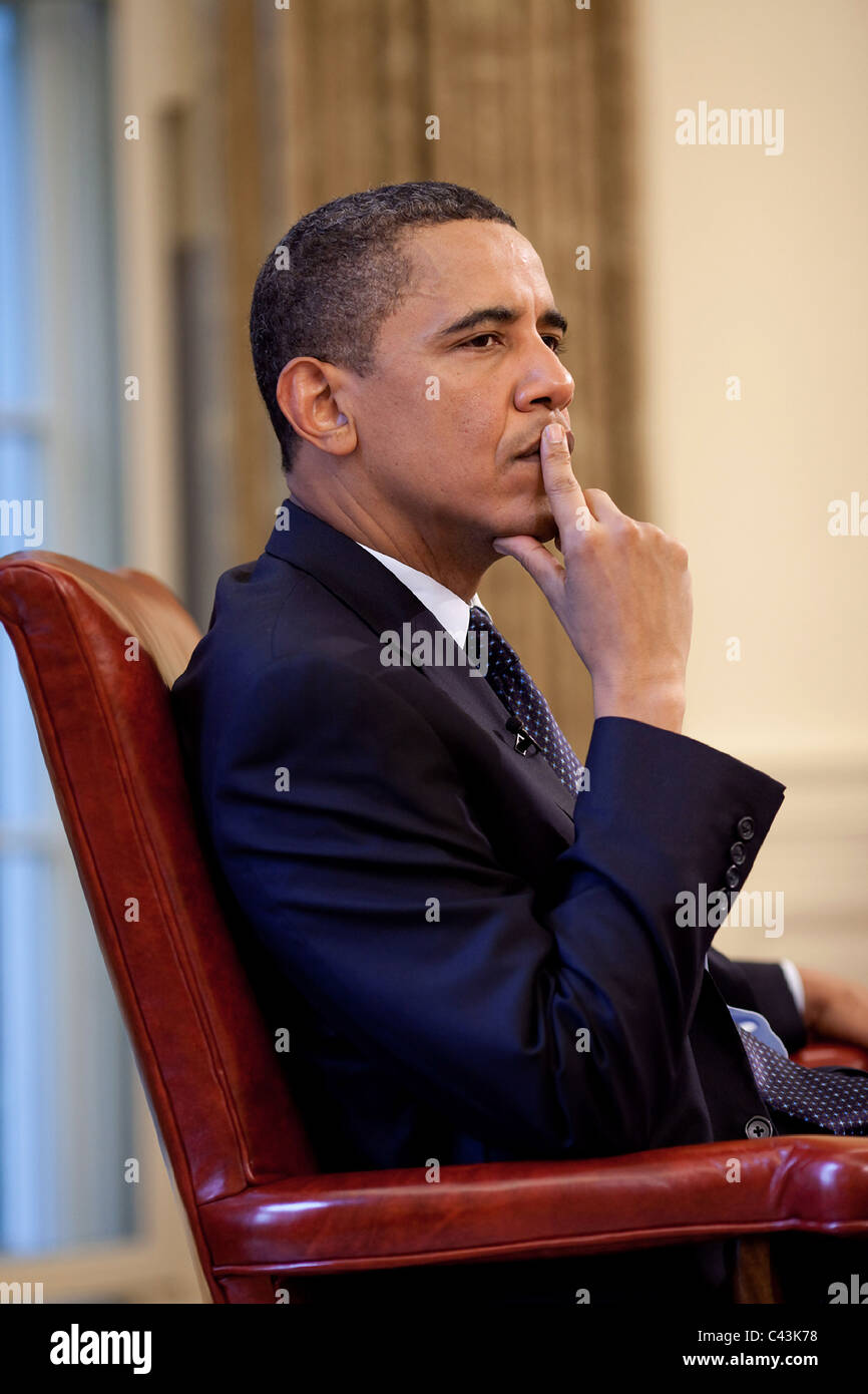 President Barack Obama listens during a briefing in the Oval Office, May 29, 2009. - Stock Image