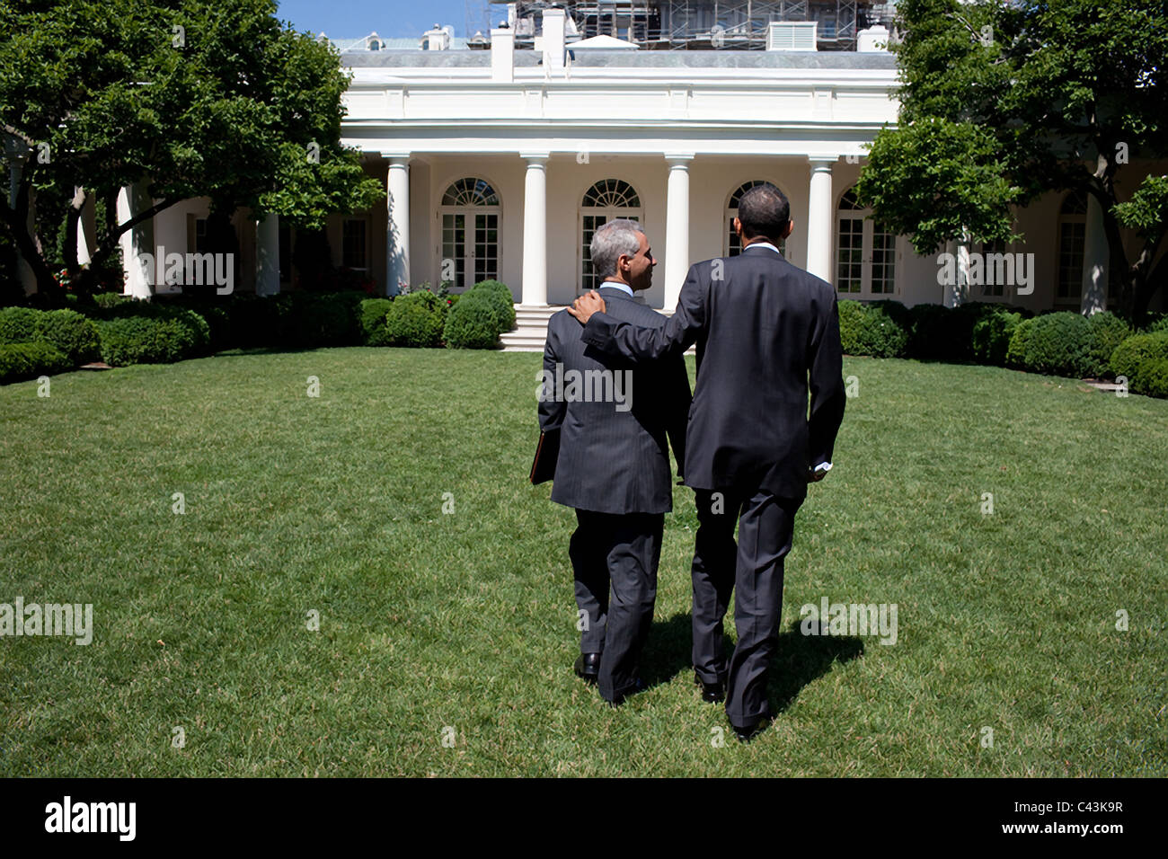 President Barack Obama and Chief of Staff Rahm Emanuel walk across the Rose Garden of the White House - Stock Image