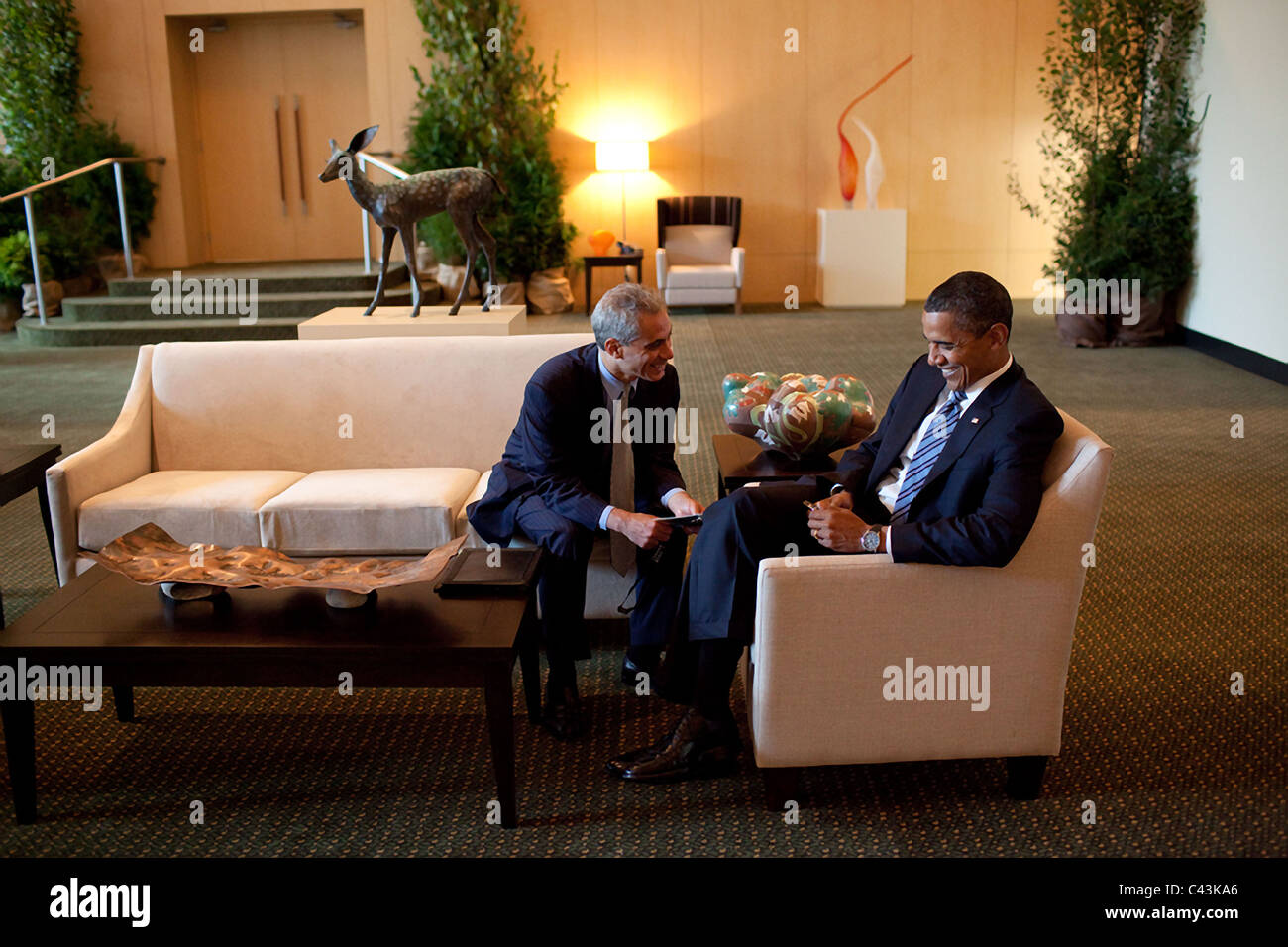 President Barack Obama talks with Chief of Staff Rahm Emanuel, before a meeting with African Outreach Leaders at - Stock Image