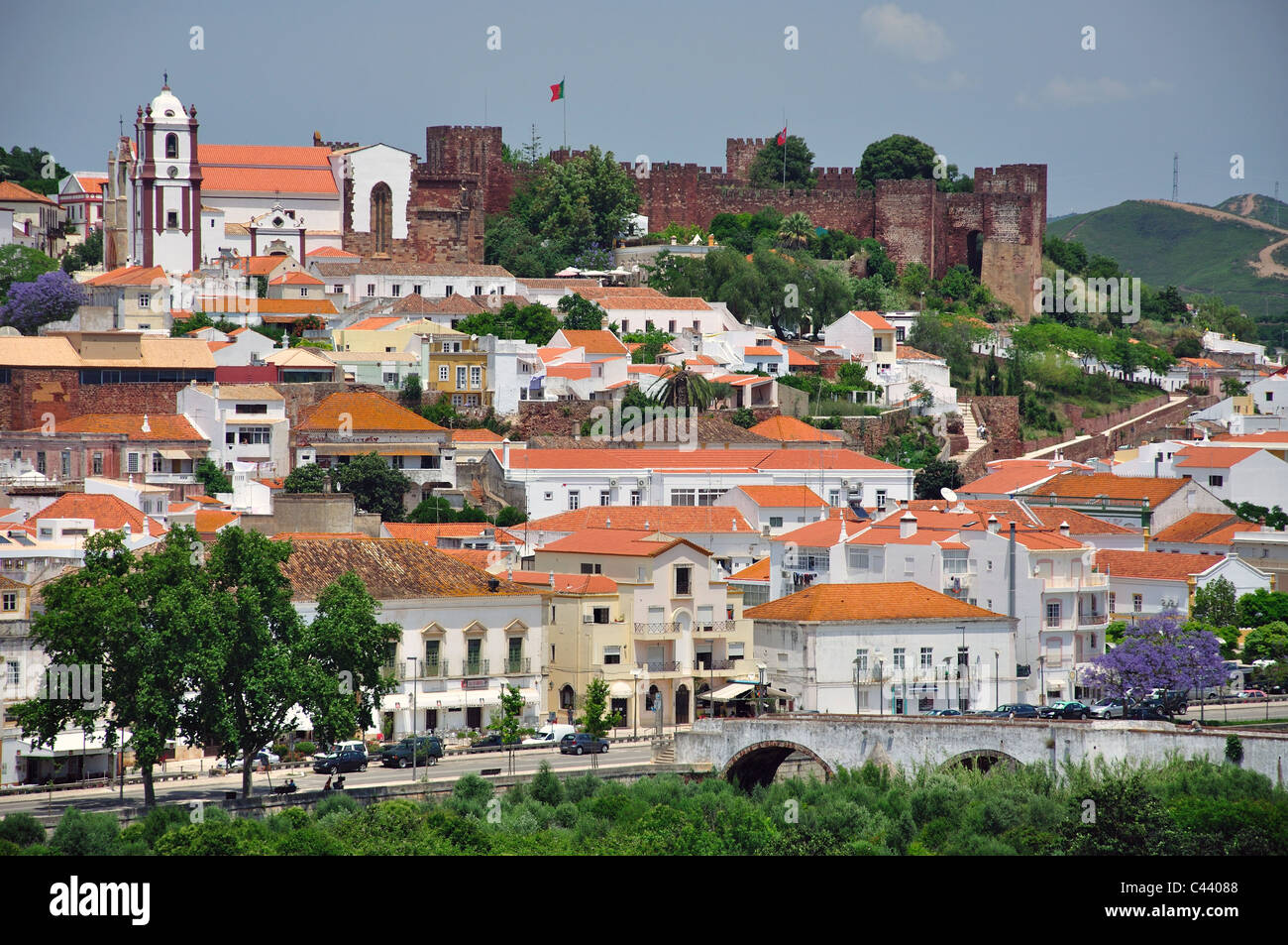 View of hillside town, Silves, Silves Municipality, Faro District, Algarve Region, Portugal - Stock Image