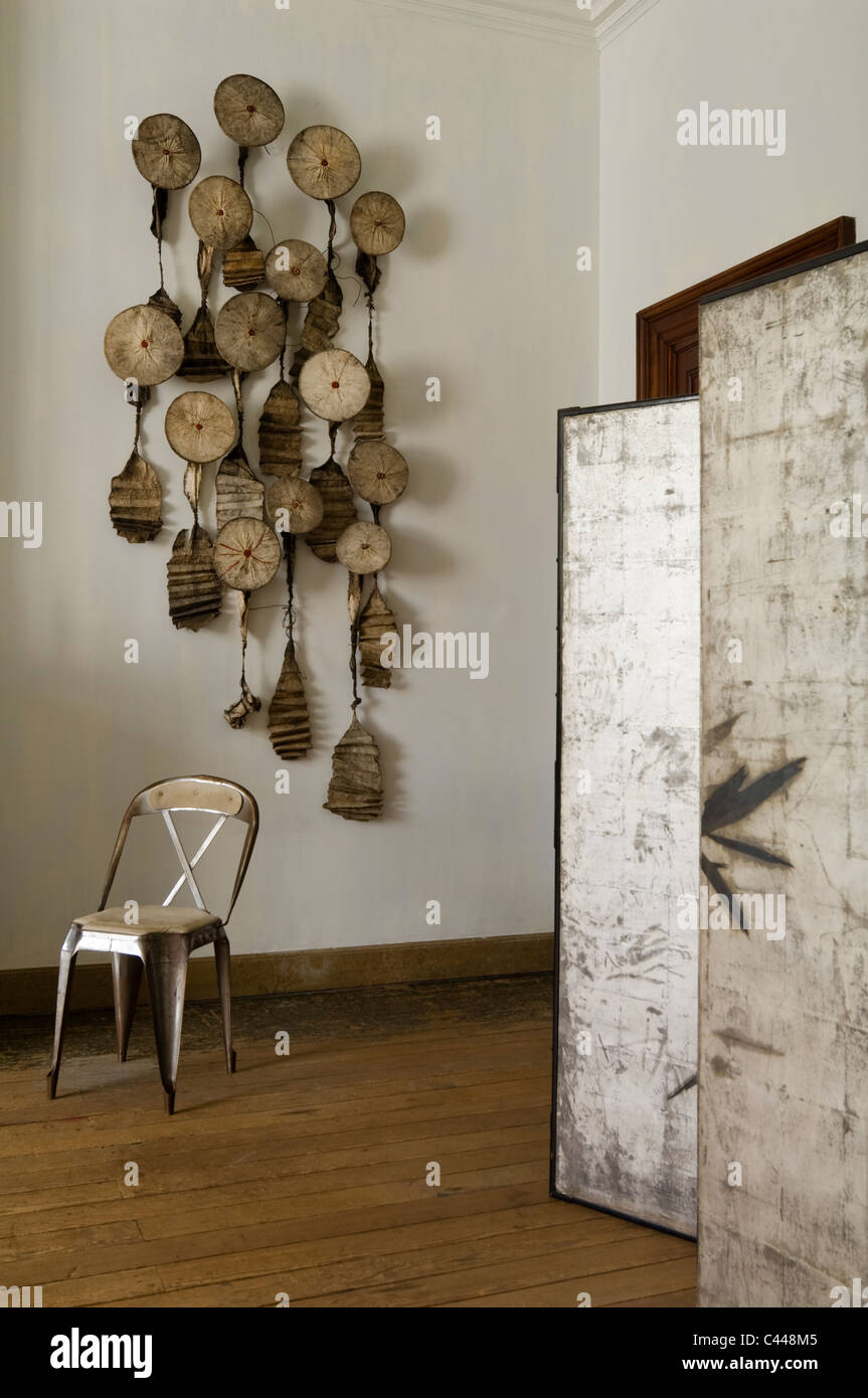 Japanese paper screen in room with tapa sculptural wall hanging - Stock Image