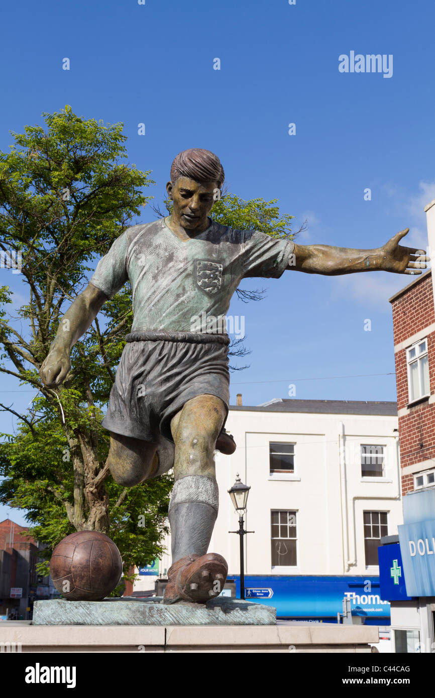 Statue of Duncan Edwards in Dudley town centre - Stock Image