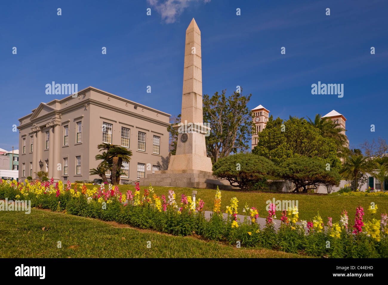 The Cenotaph and Cabinet Building with the Sessions House in background, Hamilton. - Stock Image