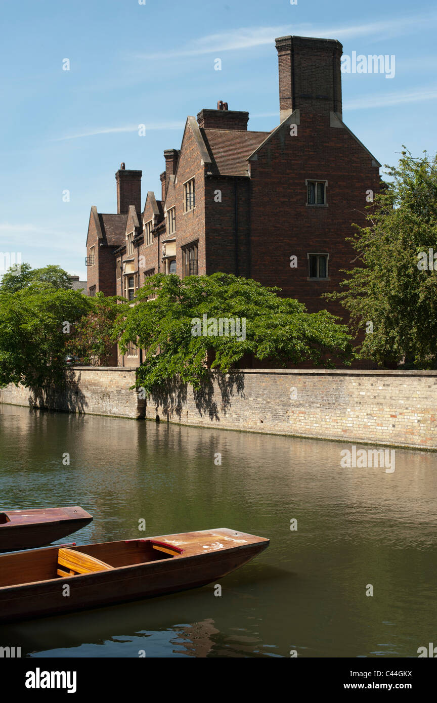 River Cam overlooking punts and Magdelene College Cambridge on summer day - Stock Image