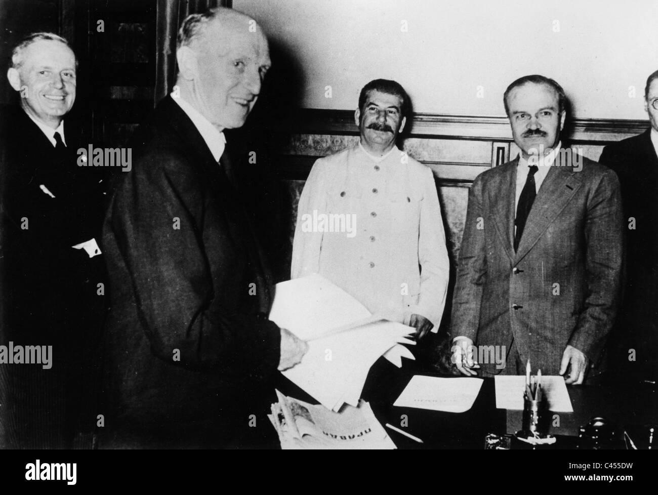 Ribbentrop, Gaus, Stalin, Molotov, Hilger at the signing of the Hitler-Stalin Pact Stock Photo