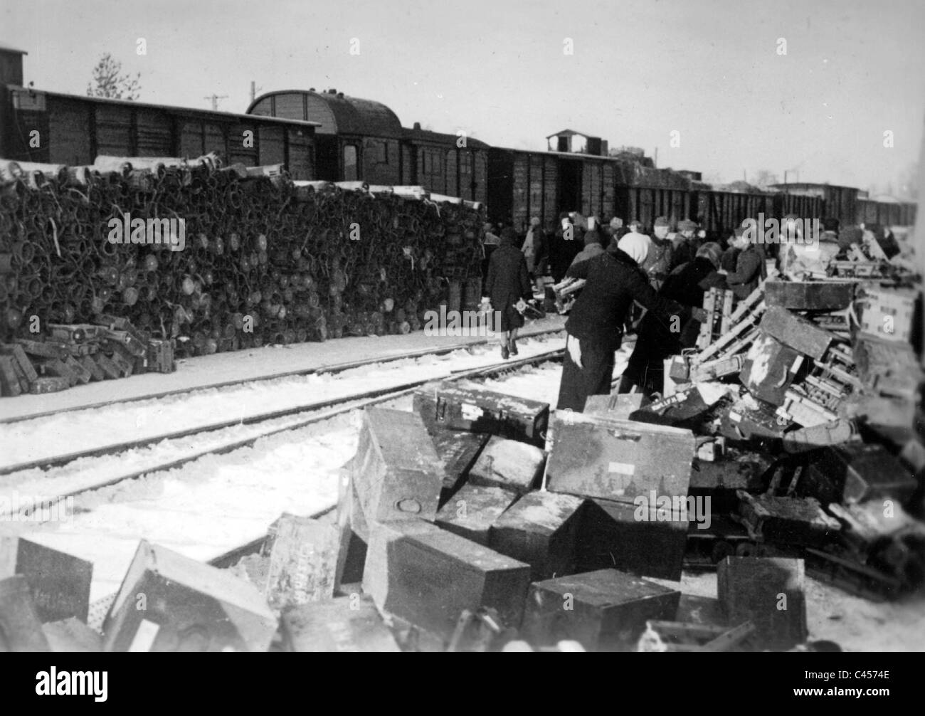 Russian female force laborers loading ammunition boxes, 1941 - Stock Image