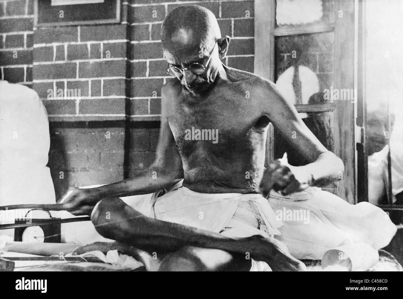 Mahatma Gandhi weaving, 1940 - Stock Image