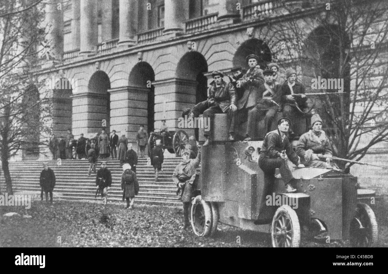 Red soldiers in front of the Smolny Institute, 1917 Stock Photo