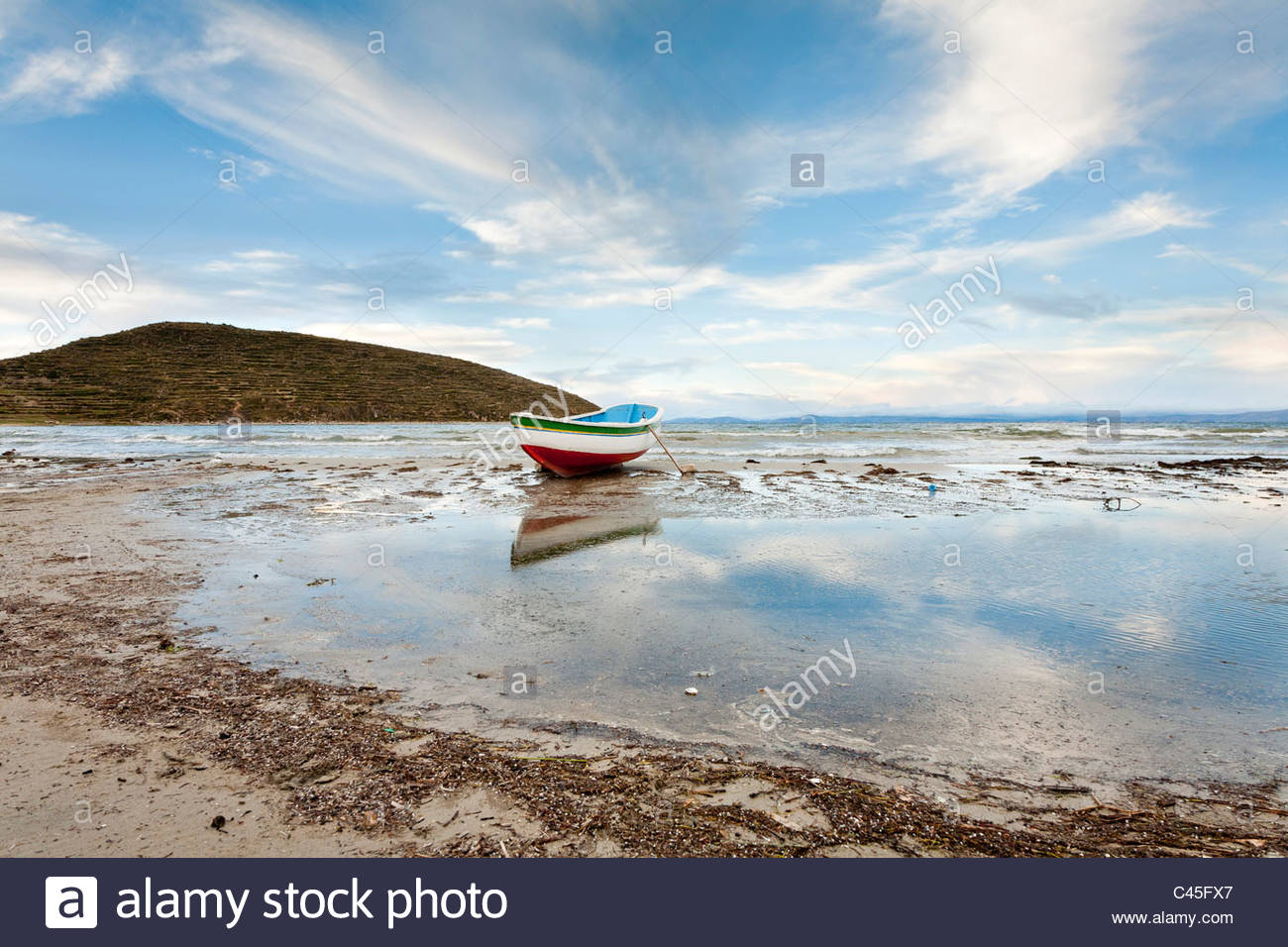 A small boat on the beach in late afternoon, Comunidad Cha'llapampa, Isla del Sol, Lake Titicaca, La Paz Department, - Stock Image
