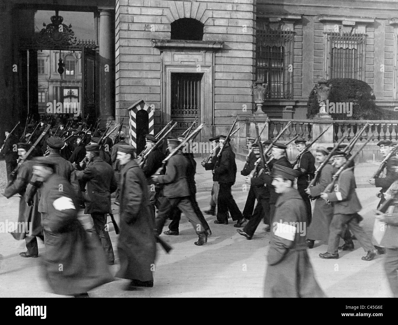 Sailors take over the guard at the Berlin Palace, 1918 - Stock Image