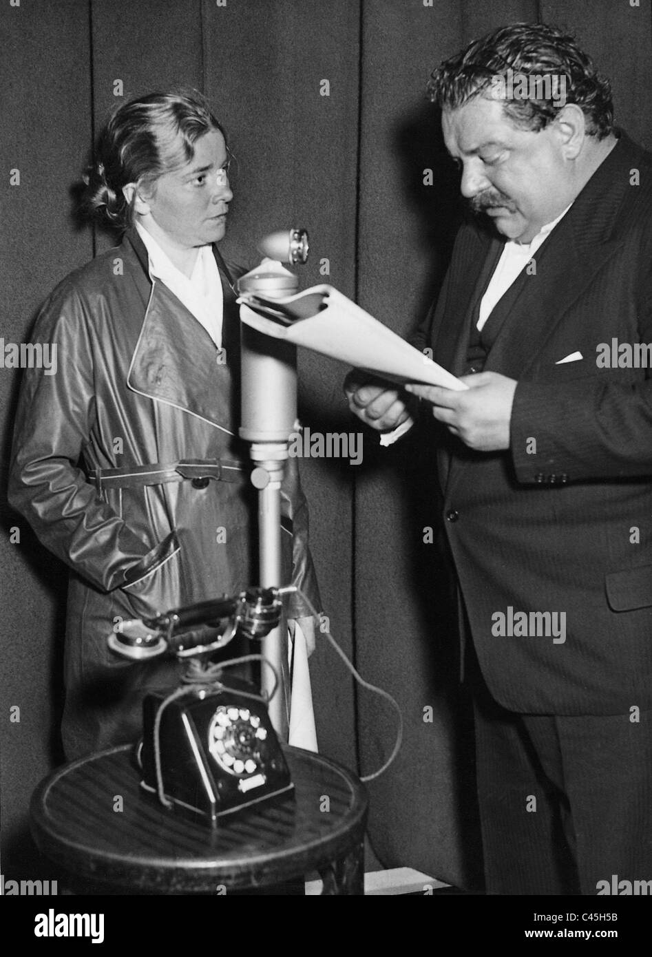 Heinrich George with Franziska Hinz at a radio play recording, 1933 - Stock Image