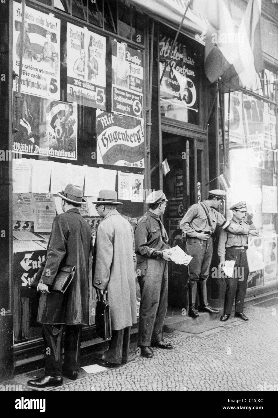 Passers-by in front of a polling station of the DNVP shortly before the Reichstag election on 31. July 1932. - Stock Image