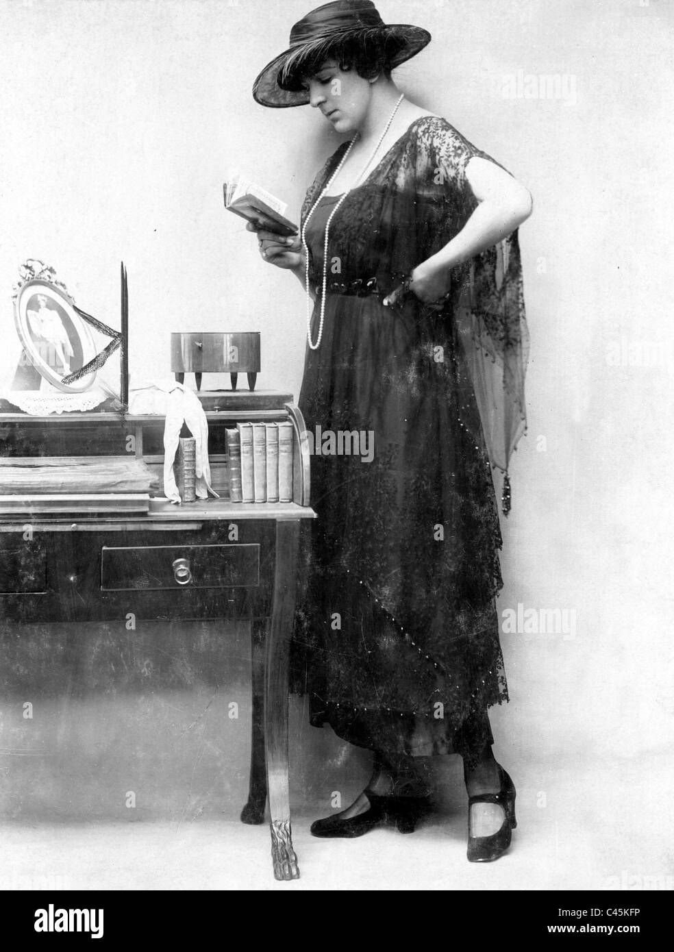 Women's Fashion For 1919 Stock Photo: 37004458