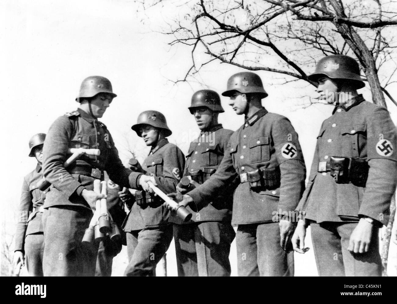 Training Reich Labor Service members how to use hand grenades, 1944 - Stock Image