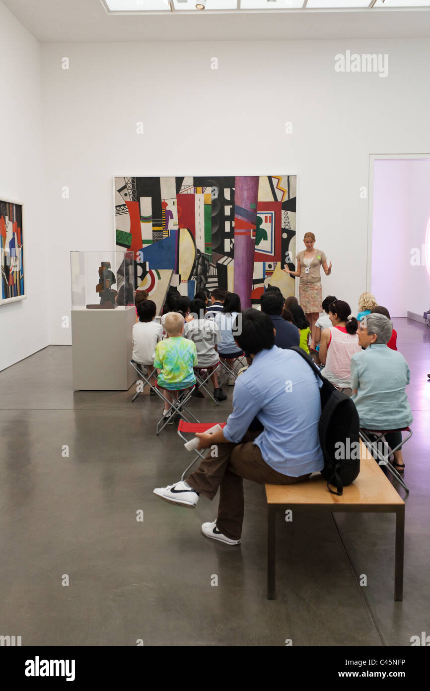 museum guide lecturing to elementary schoolchildren in Brancusi gallery at Philadelphia Museum of Art - Stock Image