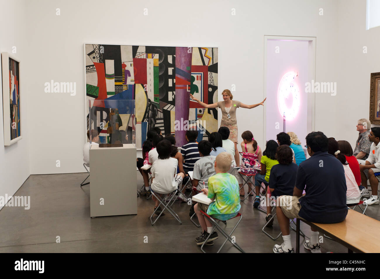 animated museum guide lecturing to elementary schoolchildren in Brancusi gallery at Philadelphia Museum of Art - Stock Image