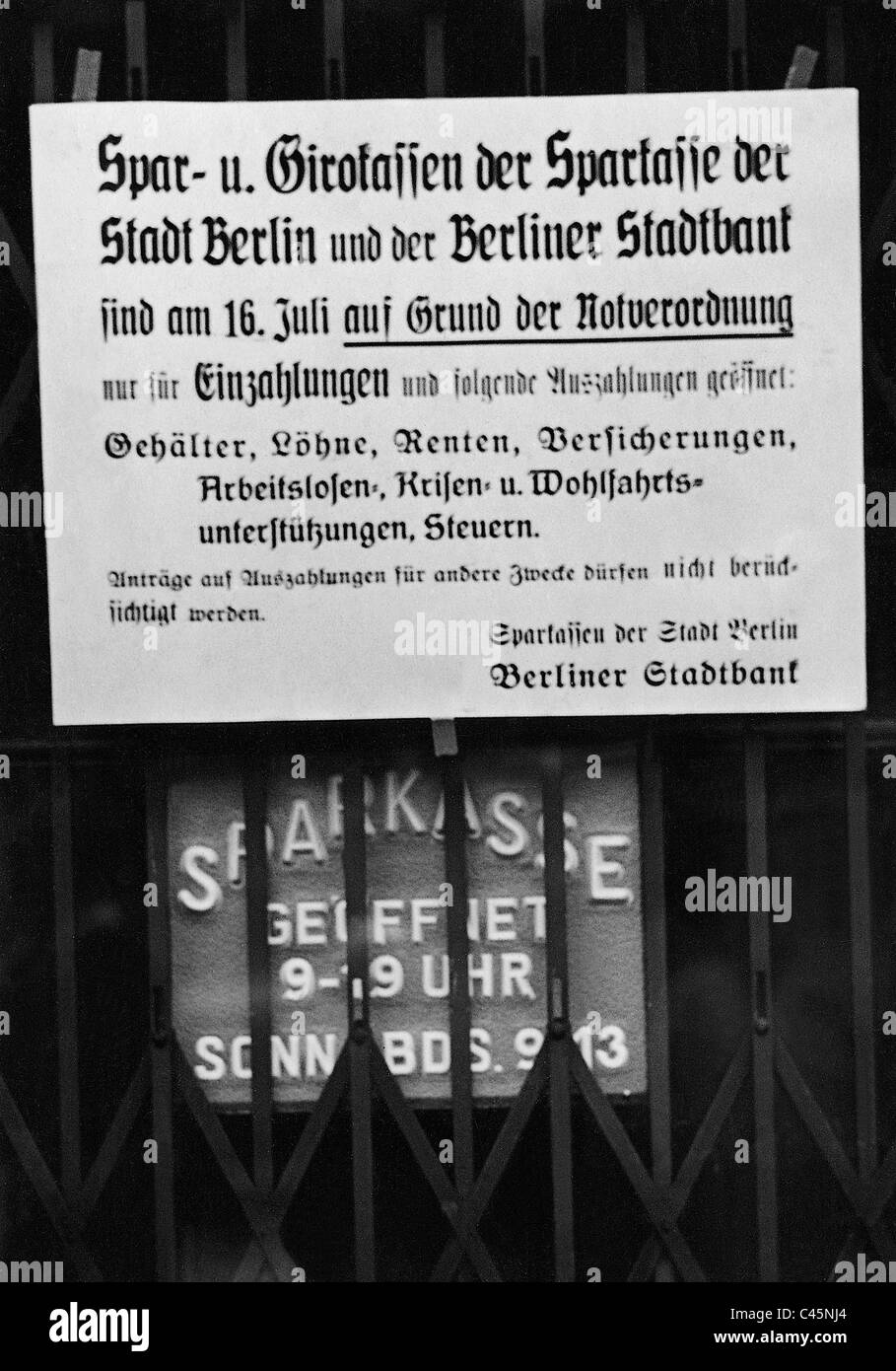 Posting on a Sparkasse in Berlin during the Great Depression, 1931 - Stock Image